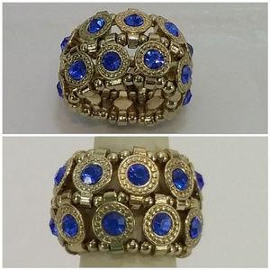 Jewelry - Multi Stone Ring. Goldentone band. Stretchy.